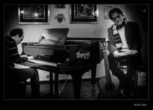 al pianoforte Marino Giansante mentre accompagna le poesie di Alessandro Antonaroli