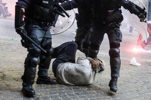 violenze su un manifestante a terra 2