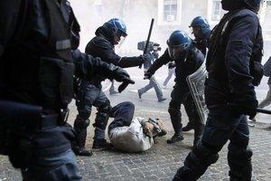 violenze su un manifestante a terra